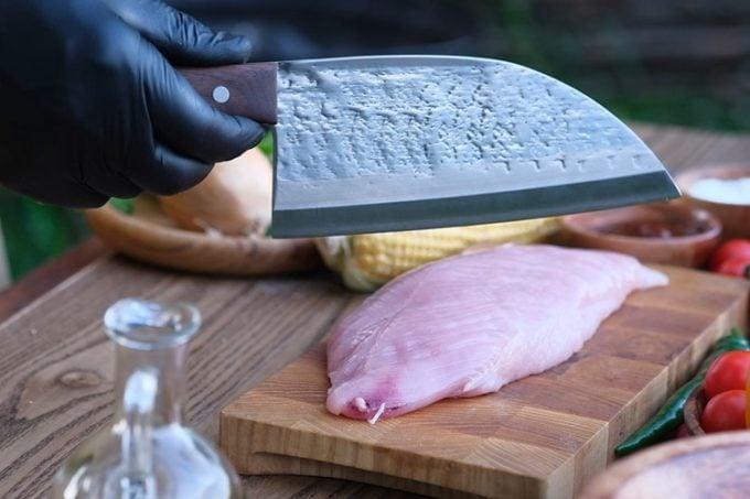 couteau de chef Serbe inox avec du poulet